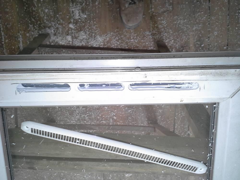 https://plombiers-reunis.com/Host/medias_2014/1405538410-grilles-de-ventilation-sur-fenetres.jpg